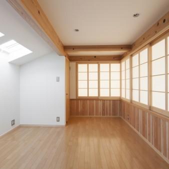 11:2階寝室(親) 障子を開け放つと、吹き抜け越しに1階の居間を眺められる。