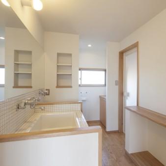 25:洗面所(子) 奥にはトイレがあり、収納を子の成長に合わせカスタマイズ出来るよう適所にスペースを設けてある。