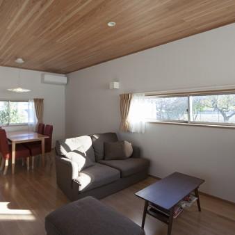 5、居間:左手の建具を開け放つと廊下を介し中庭と居間が一体に繋がる。