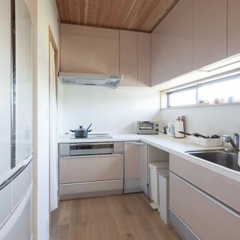 8、台所:キッチン、家電、食品庫を機能的に配置している。