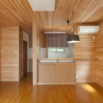 """""""6、居間、食堂:壁と天井は無垢の杉板。"""