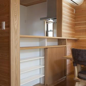 10、台所:食器棚だけでなく、主婦コーナーの機能を兼ねたスペースが設えてある。