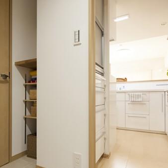 3:洗面所 廊下だけでなく台所からの動線も確保。