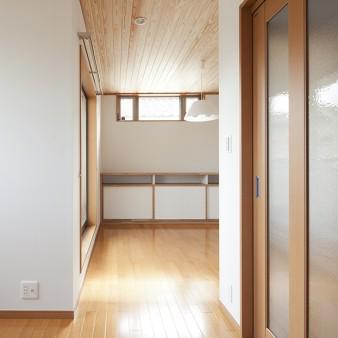 7:居間 居間からゆるやかに分節された食堂を見通す。