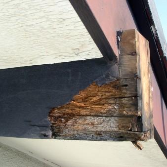 工事前:風雨にさらされ、傷んだ化粧母屋。