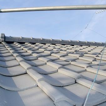 工事中:漆喰直し、塗装が完了した屋根を軒先から見上げる。