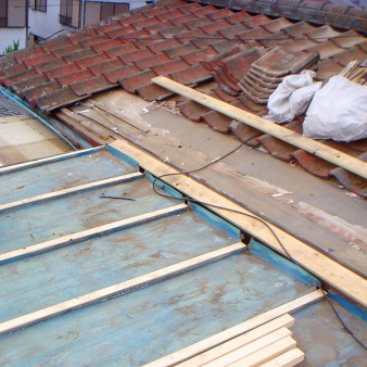 工事中:瓦棒屋根の芯木交換。