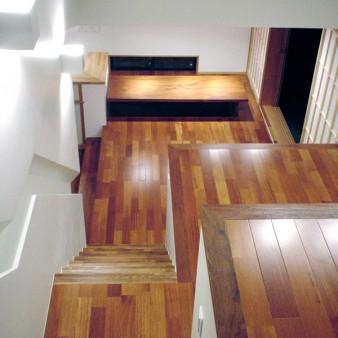 6:居間 アトリエ2より居間を見下ろす。 テーブルの奥に見えるのは通風を促す為の地窓。