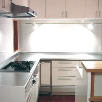 12:台所 厨房器具が設置できる広めの作業台があり、両脇には通風の為の開口部を設けている。