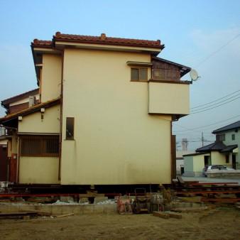 3:曳家工事 鋼材引き込み配置の上ジャッキアップ。屋根及び外壁が重い仕様の為、重量及び重心に注意を払った。