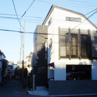 2:外観 斜線制限により必然的に建物の輪郭が決定された。 外壁はジョリパットと磁器質タイル。