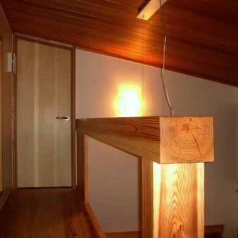 11:ロフト 勾配天井の食堂上部を見る。 床は33㎜の杉板。天井は杉の無垢板。