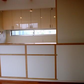 11:台所 カウンター下は収納も兼ねている。