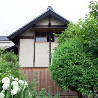 2:外観 緑と草花に彩られ、ひっそりと建っている。