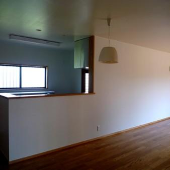 6:居間 居間より台所を見る。