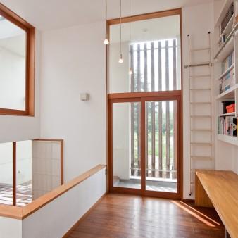 14:アトリエ アトリエから南面を見る。家族とのコミュニケーションを取りながら、勉強や家事そして趣味などが出来るように、机と本棚が造り付けられている。
