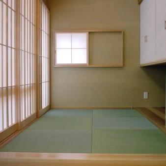 10:小間 食堂の床から400㎜高い小間。畳下は収納スペース 壁は珪藻土塗り。畳は縁なし畳。