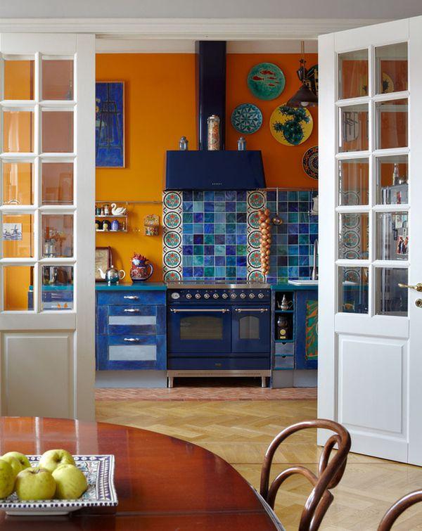 планировка маленькой кухни большой проход с распашной дверью