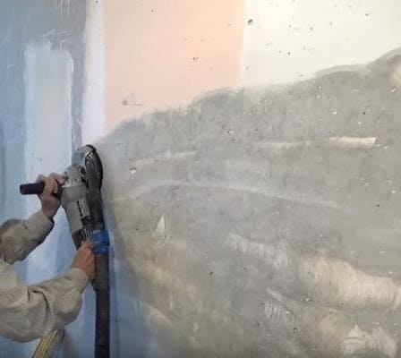 подготовка поверхности к оштукатуриванию: очистка стены от краски