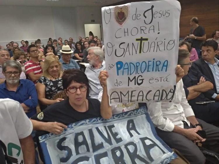 Manifestantes fazem ato em audiência que aprovou retomada da mineração na Serra da Piedade
