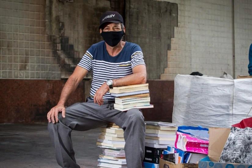 Dono de sebo a céu aberto que teve livros queimados recebe doação de 10 mil exemplares em 48 horas