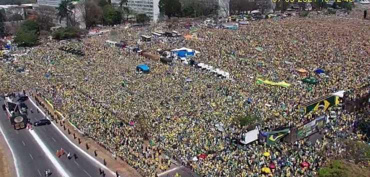 Manifestantes na Esplanada dos Ministérios, em ato a favor de Jair Bolsonaro