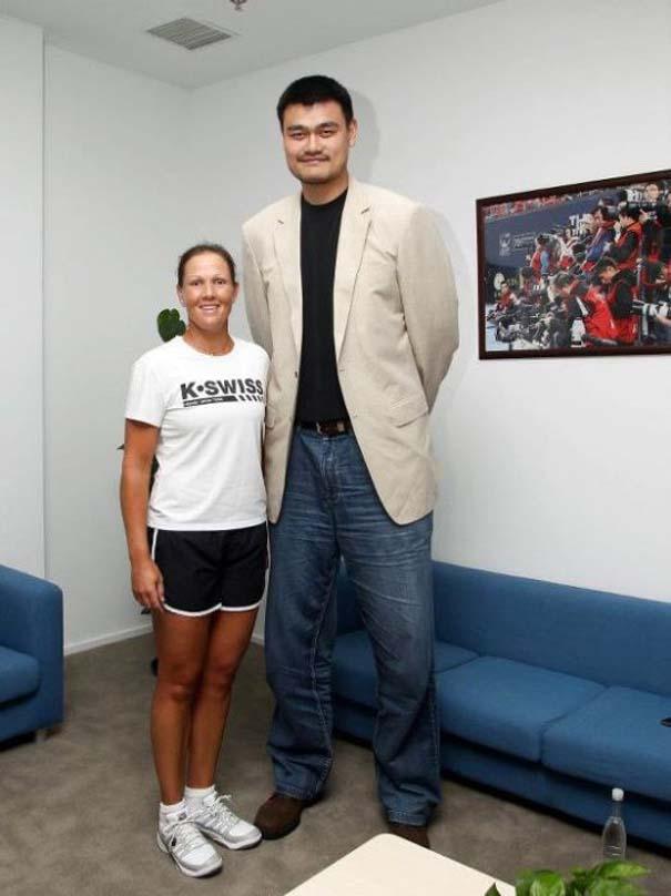 Ο Yao Ming κάνει τα πάντα να φαίνονται μικροσκοπικά μπροστά του (14)