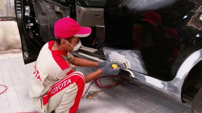 Menghilangkat karat mobil dengan proses dempul
