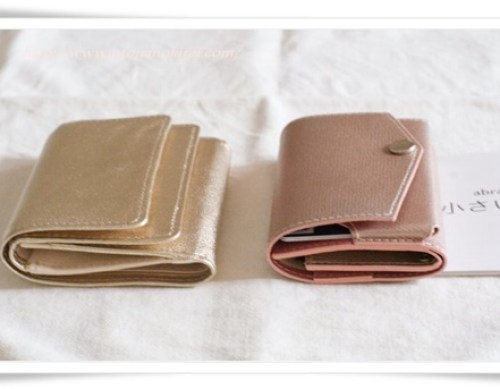 手持ちの小さめ手持ちの小さめ財布(空っぽ)とお札・小銭・カード2枚を入れた小さい財布の厚さが同じくらい