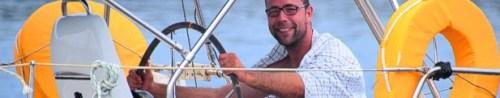 Der Steuermann steuert die Yacht sicher durch die Wellen