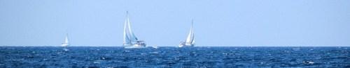 Kreuzende Segelyachten hart am Wind