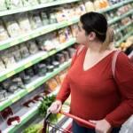consumidora poniendo atención a prácticas de greenwashing