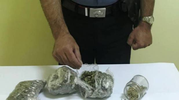 nasconde la marijuana tra i vestiti sporchi arrestato