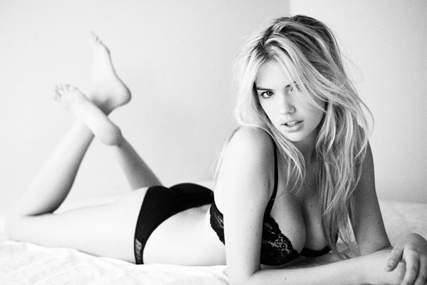 Kate-Upton-on-bed