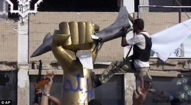 kaddafi abd uçak haykel anıt