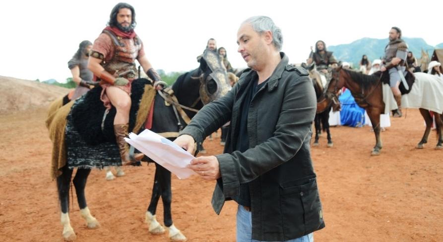 Avancini orienta elenco nas gravações das sequências. (Foto: Munir Chatack/ Record)
