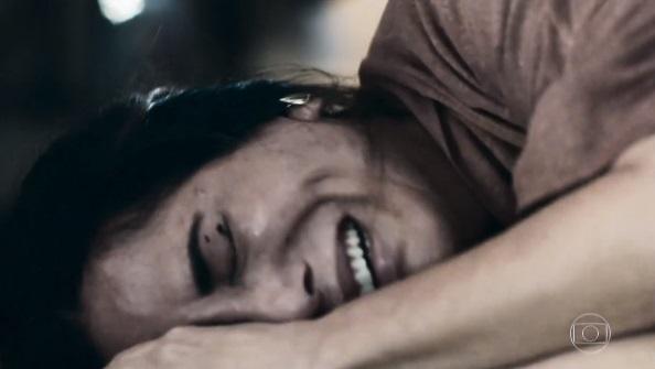 """Elizabeth chora desesperadamente em cena na novela """"O Outro Lado do Paraíso"""""""