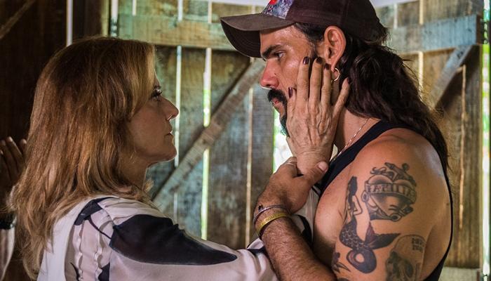 Sophia (Marieta Severo) e Mariano (Juliano Cazarré) em O Outro Lado do Paraíso (Foto: Globo/Raquel Cunha)