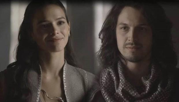 Catarina (Bruna Marquezine) e Afonso (Romulo Estrela) em cena de Deus Salve o Rei (Foto: Reprodução/Globo/Montagem)