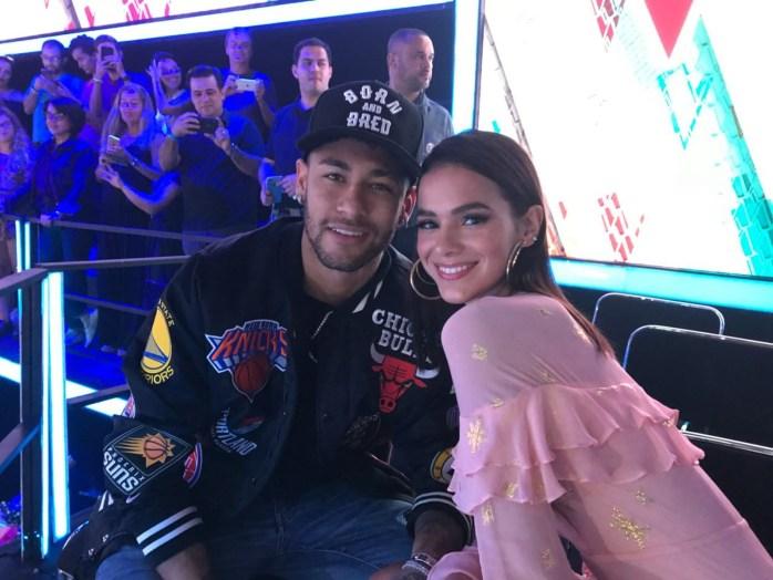 O jogador Neymar e a atriz Bruna Marquezine assistem a final do The Voice Kids. (Foto: Gshow)