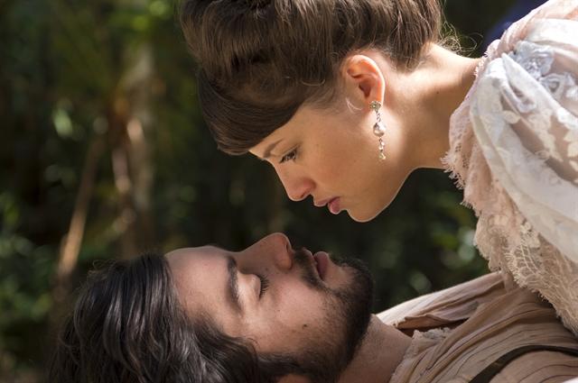 Ernesto (Rodrigo Simas) e Ema (Agatha Moreira) em cena de Orgulho e Paixão (Foto: Globo/Estevam Avellar)