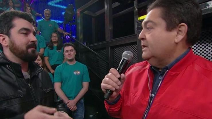 """Fausto Silva cobra satisfação ao vivo de diretor do quadro """"Ding Dong"""" por confusão na apresentação do Tributo ao ABBA Imagem: Reprodução/ TV Globo"""
