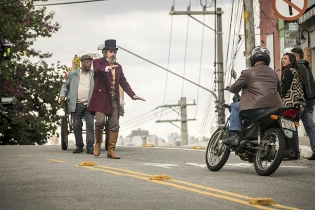 Dom Sabino (Edson Celulari) tenta parar o trânsito para Eliseu (Milton Gonçalves) (Foto: Globo/João Miguel Júnior)
