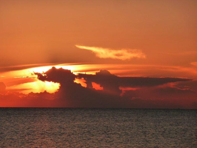Coucher de soleil sur la mer à Zanzibar