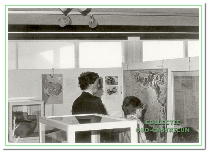 Enige bezoekers kijken aandachtig naar oude landkaarten van de Heerlijkheid.