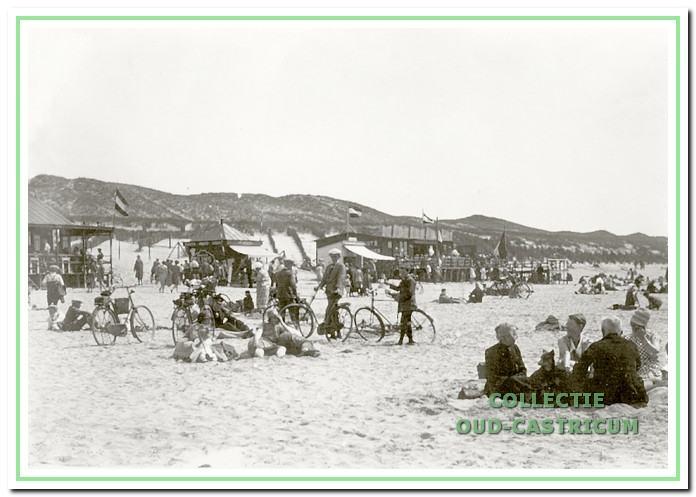Zicht vanaf strand in richting duin met (toen nog) geklede strandbezoekers.