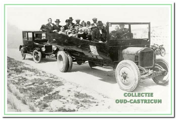 Bakkum 1926: Open autobus met toeristen richting strand.