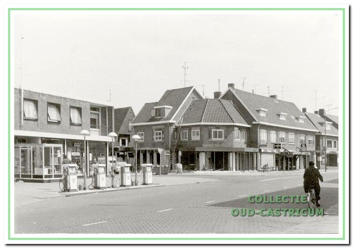 Hoek Dorpsstraat - Torenstraat, ca. 1968, met links het garagebedrijf van Hoekstra. Dit bedrijf omvatte een garage, een showroom, een benzinestation en een bovenwoning.