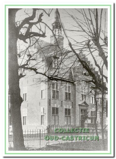 Het linkerdeel van het oude raadhuis uit 1911 is gebouwd als woonhuis voor de hoofdonderwijzer. In 1936 woonde daar gemeenteveldwachter Tol. Ook het cachot was in het gemeentehuis.