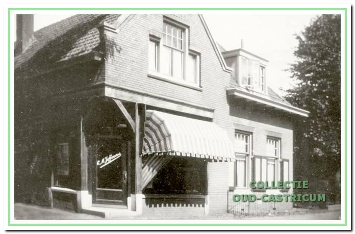 De brood- en banketbakkerswinkel van Juffermans aan de Dorpsstraat 80.